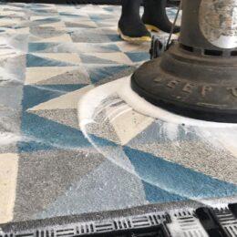 Foto de um tapete sendo higienizado pela Mary Help